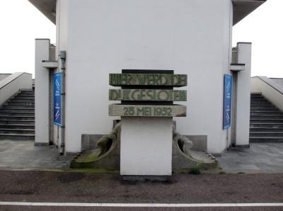 Bij het monument op de Afsluitdijk