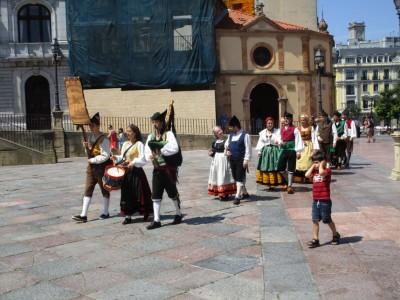 In Oviedo waardeert niet iedereen het geluid van de doedelzak. (jongetje rechts)